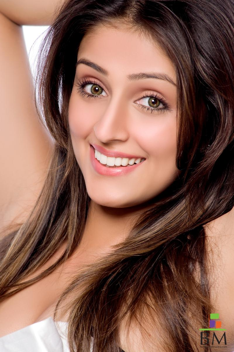 Cute smiling sexy Bollywood Actress Aarti Chabria Photos