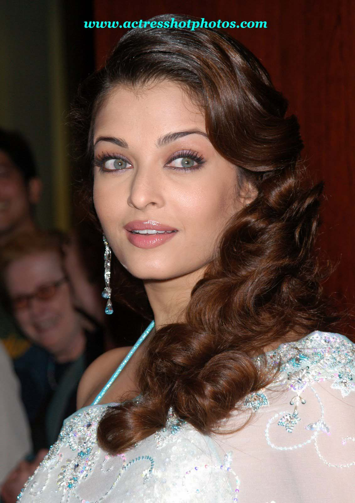 http://glmourheroine.files.wordpress.com/2011/02/aishwarya-rai-hair-styles-hot-lips-photos.jpg